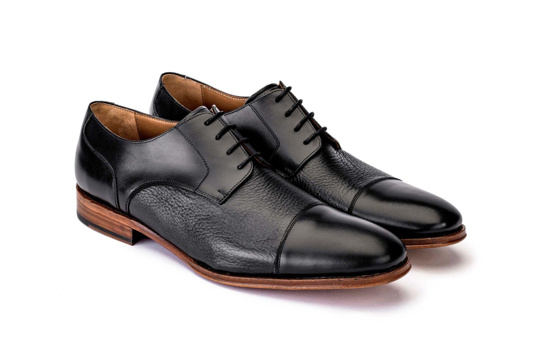 Johannes es un zapato fabricado con cuero vacuno, en el empeine, y con piel de ciervo, en la parte más suave.